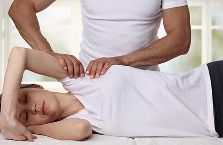 Een behandeling van een fasciatherapeut