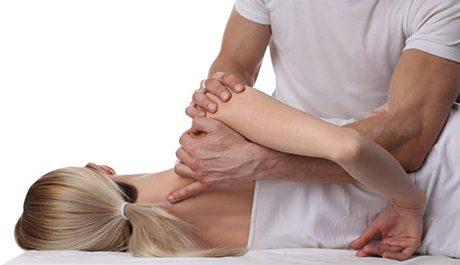 Behandeling van een volwassen vrouw aan de schouder - Osteopathie Vissia